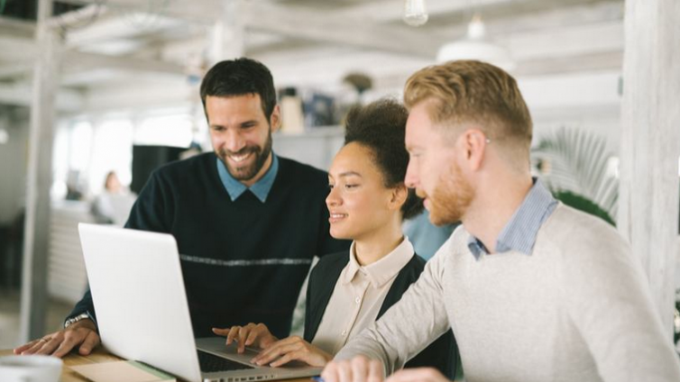 如何通过在线企业培训平台弥合员工绩效差距?