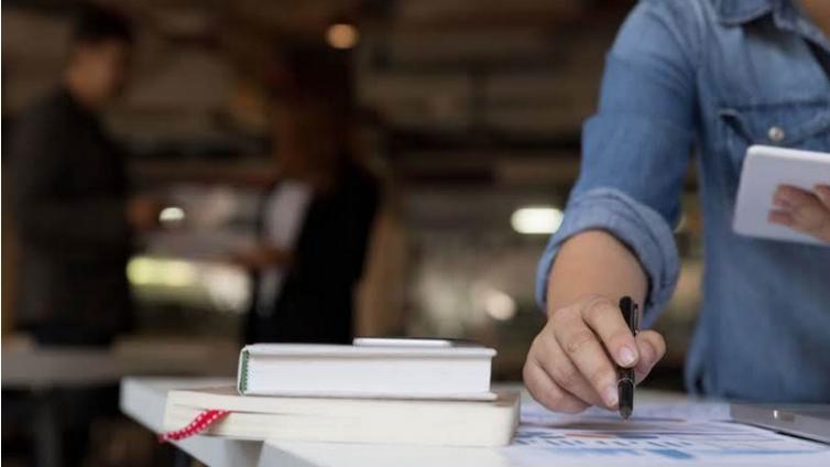 如何比较企业在线培训和线下面对面学习的成本?