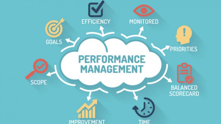 在员工培训管理中,如何评定和管理员工绩效?